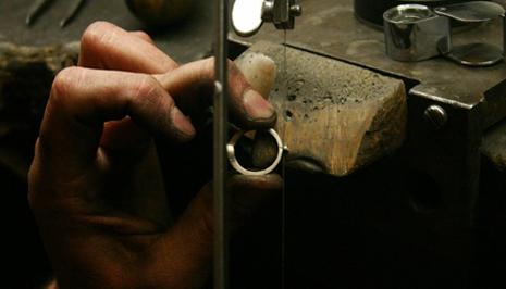 Den lilla extra metallbiten från gjutningen skärs bort