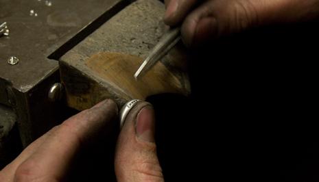 smeden med ett av sina verktyg
