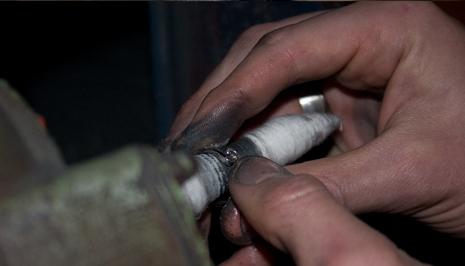 Polering av insidan på en ring.