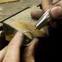 Det är våra verkstäder som tillverkar alla våra ringar inklusive de skräddarsydda